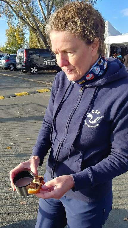 Julie avec du chocolat tou repart