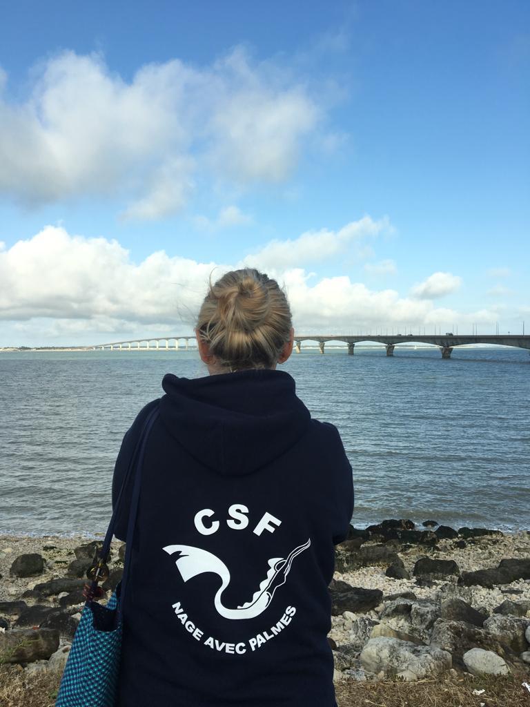Nadia pensive devant le pont